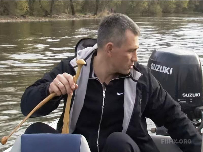Квок из дерева в руках рыбака