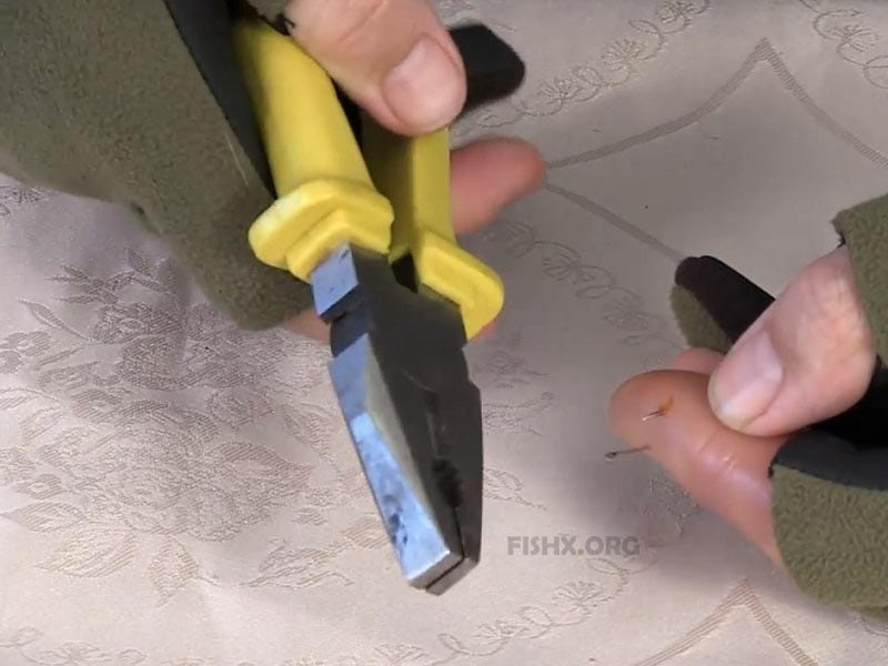 Как достать крючок с бородкой из пальца