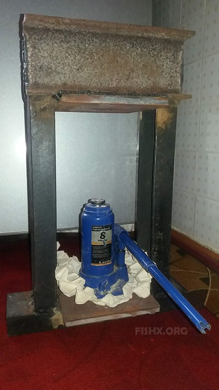 Домкрат и металлическая сварная рама из швеллера