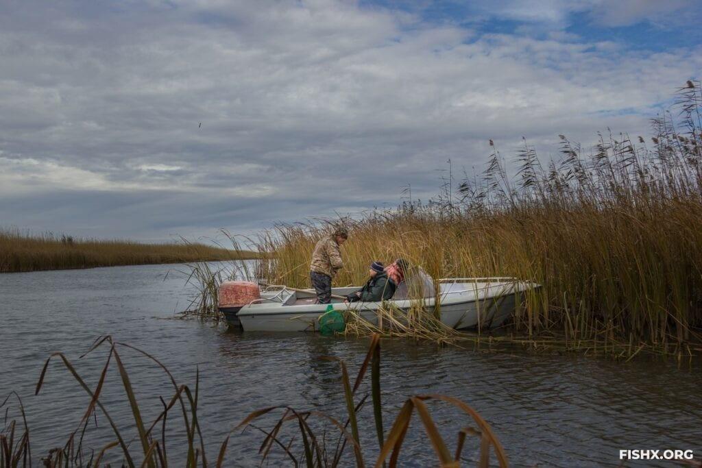 Ловля с лодки бортовой удочкой осенью