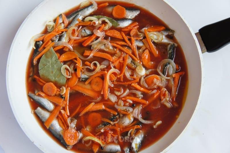 Добавить в кильку томатную пасту разведённую в воде