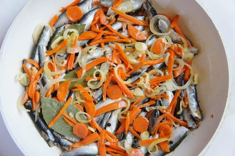 Накрыть кильку овощами