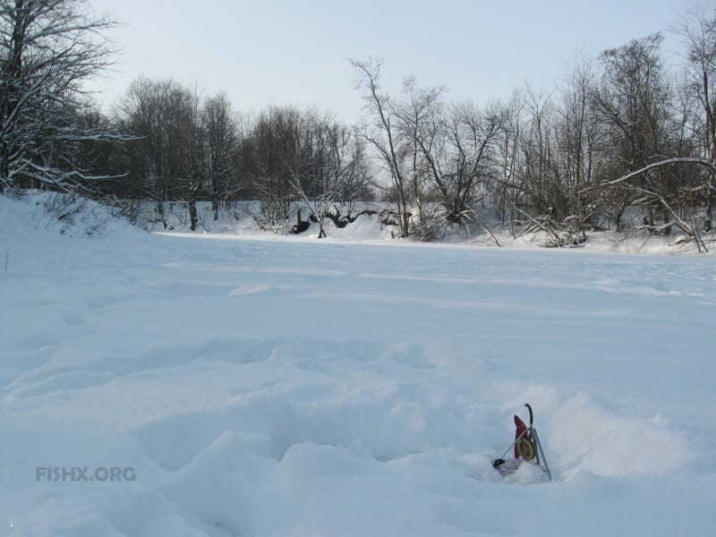 Жерлица на льду реки