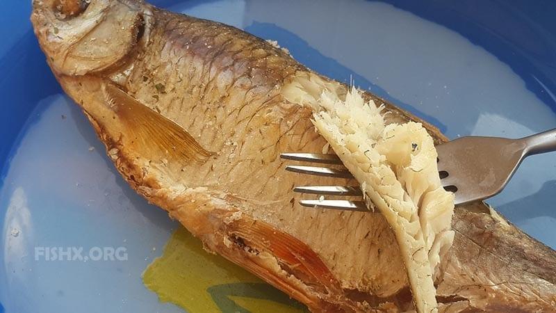 Готовая рыба в соляном панцире