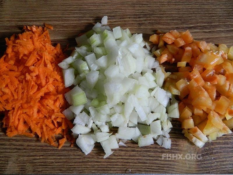 Нарезать перец и лук кубиками, морковку натереть на средней терке