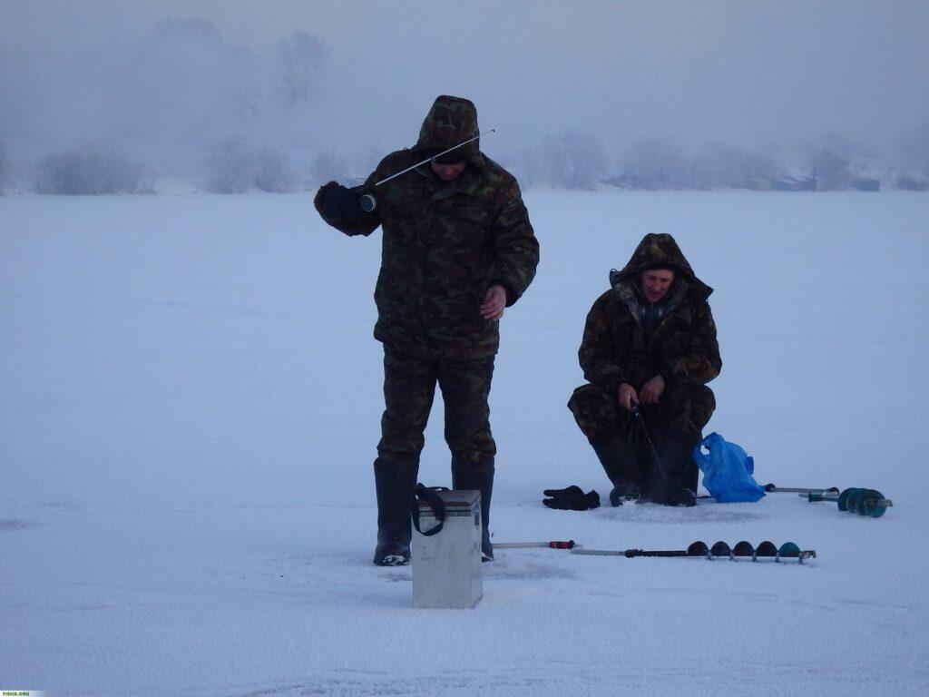 Рыбаки на зимней рыбалке