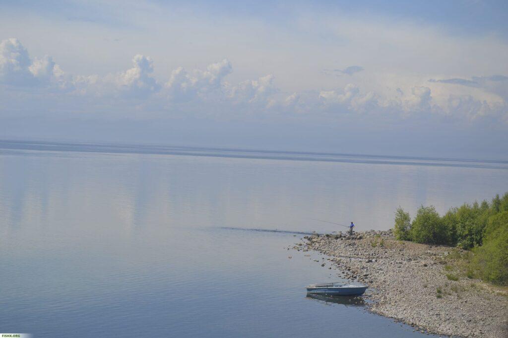 Одинокий рыбак ловит рыбу на озере Байкал.