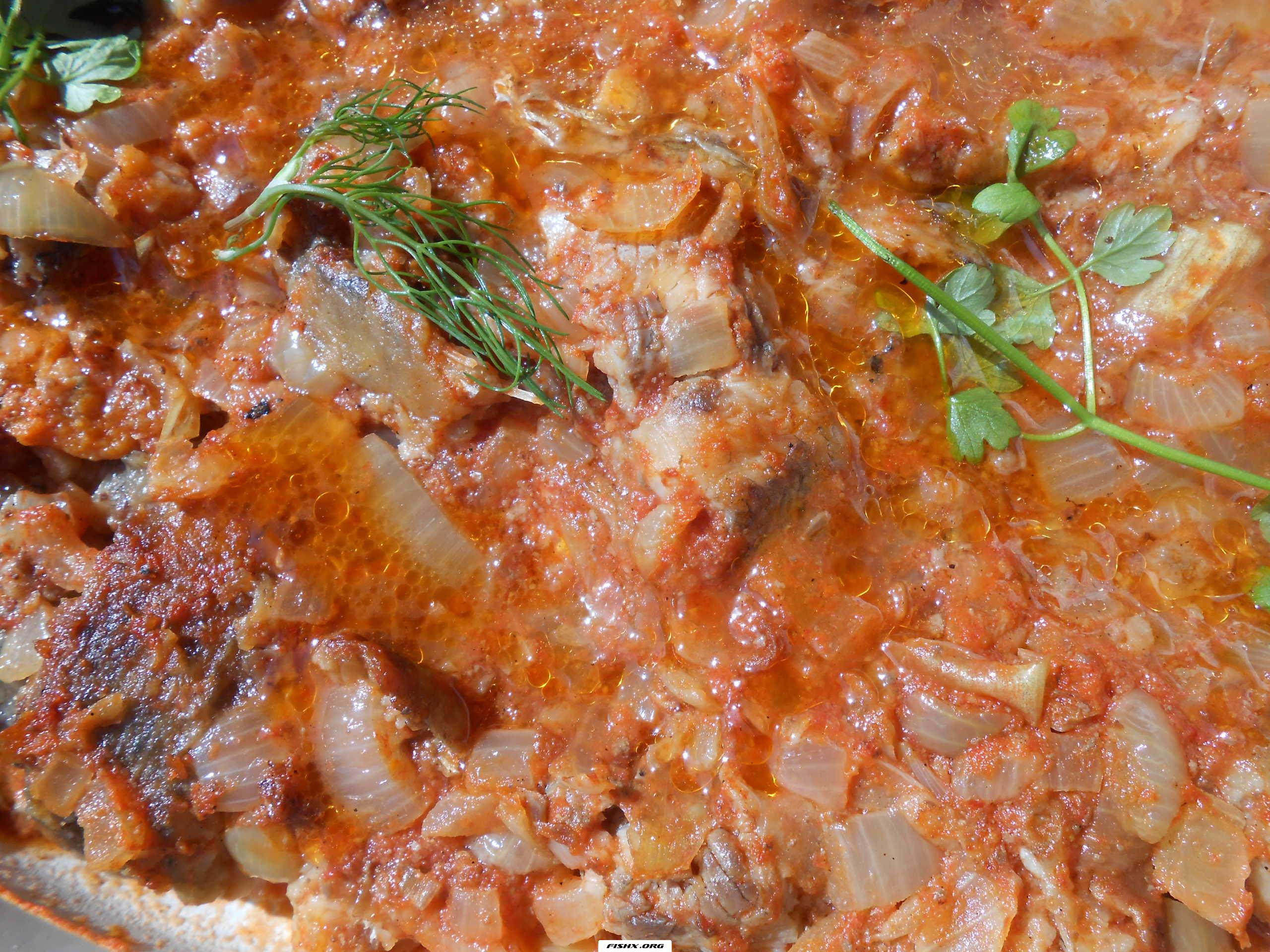 Речная рыба под луковым соусом