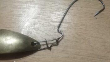 Соединение крючка и колебалки через карабин